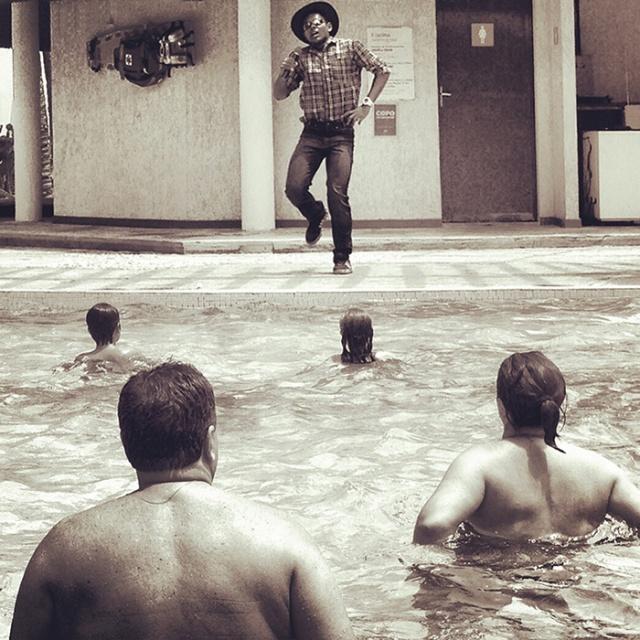 """""""l'instructeur de hydro-gymnastique danse le sertaneaje universitaire"""", Ceará — 2013"""